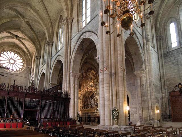 Vista De La Catedral, Con La Capilla De Santa Ana Y El Coro Ocupando El Centro De La Nave Mayor